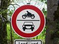 Zeichen 252 - Verbot für Krafträder, auch mit Beiwagen, Kleinkrafträder, Fahrräder mit Hilfsmotor und Kraftwagen; StVO 1970.png