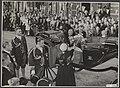 Zwolle. Bloemaanbieding door Urker meisje aan prinses Juliana en prins Bernhard, Bestanddeelnr 021-0261.jpg