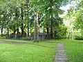 Дорожка к братской могиле и памятнику от церкви.jpg