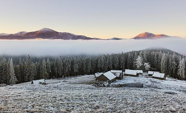 Ранковий краєвид з полонини Кукул на Говерлу і Петрос.jpg