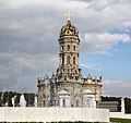 """Церковь Иконы Божией Матери """"Знамение"""" . Вид через фонтан.JPG"""