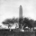 אובליסק בדרך במצרים בתוך אלבום מסע של אדולף פרידמן לארץ ישראל ב-1903. הרצל היה ב-PHAL-1619983.png
