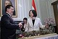 07.12 總統會晤巴拉圭共和國總統卡提斯,卡提斯也親贈以玉檀香製成的雕刻品 (35872290615).jpg