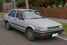 1987 Toyota Corolla (AE82) CS sedan (2015-11-11) 01.jpg