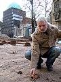 2013 Ausgrabung Alter St. Nikolai-Friedhof Nikolaikapelle Hannover, 30a, Ralf-Peter Post und ein menschlicher Beckenknochen.jpg