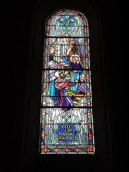 Vitrail représentant sainte Bernadette à Lourdes.