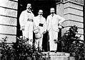 Admiral Bendemann, Generalkonsul Knappe und ich vor dem Generalkonsulat.jpg