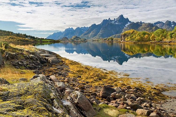 Осенняя панорама островов Лофотенского архипелага Эуствогёй и Хиннёйа и пролива Рафтсуннет[no]