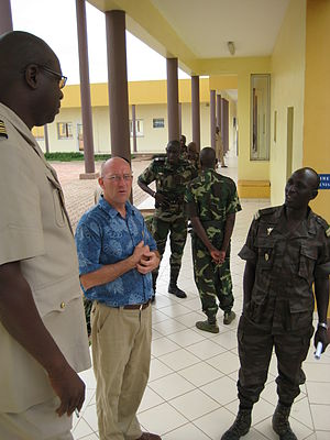Military of Mali - Participants and instructors chatting during a break at EMPABB Bamako, 2007.