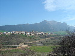 View of Aguilar de Codés with the Sierra de Codés in the background.