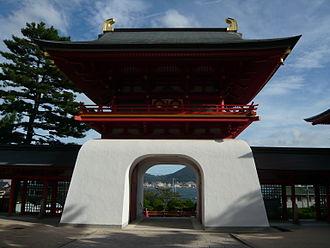 Akama Shrine - Suiten mon, main gate of the shrine