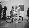 American Pop Art expositie in het Stedelijk Museum, een bezoekster bij een wer, Bestanddeelnr 916-5629.jpg