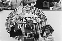 Amstel Gold Race wielrennen winnaar Jan Raas met bloemen, Bestanddeelnr 929-6433.jpg