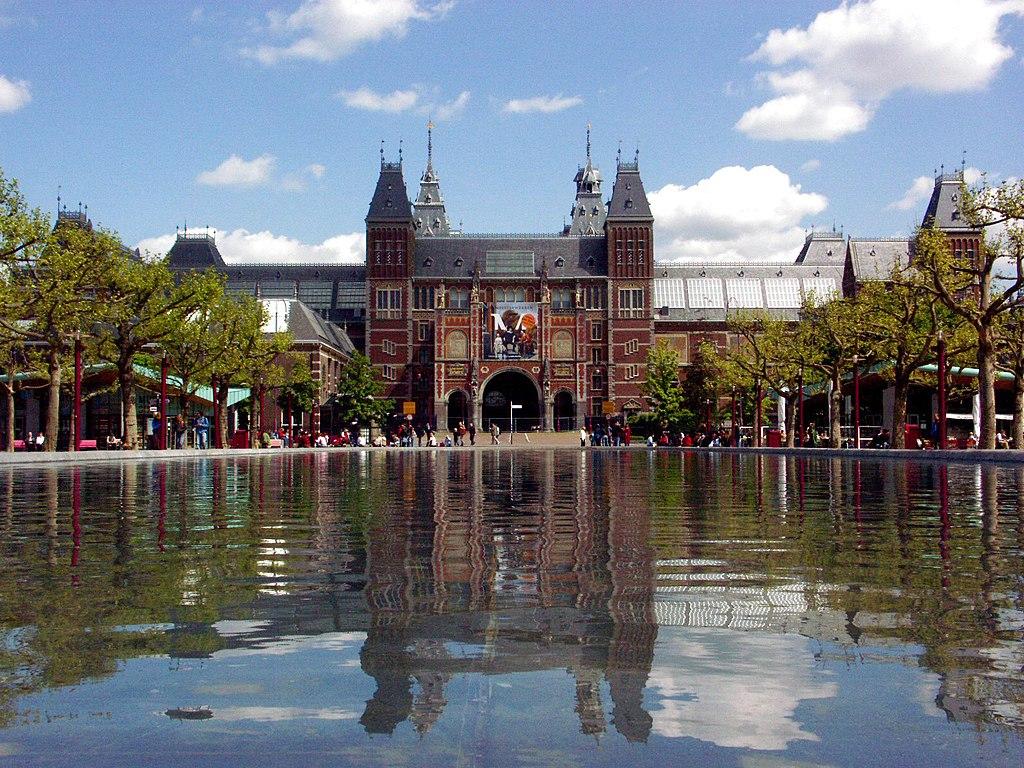 Rijksmuseum d'Amsterdam vue depuis le sud et Museumplein.