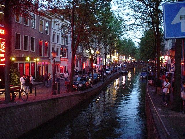 Полиция Амстердама арестовала английских болельщиков, устроивших дебош в квартале