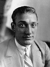 Portrait en noir et blanc d'un homme en costume cravate.