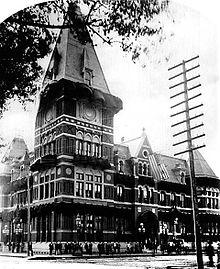 Un bâtiment de style gothique victorien orné avec une tour carrée