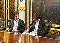 Balkenende ondertekent overdracht (5120424579).jpg