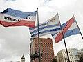 Banderas y Monumento Artigas en la Plaza Independencia - panoramio.jpg