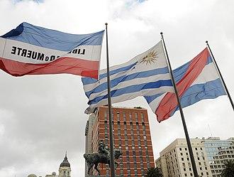 Flag of Uruguay - Image: Banderas y Monumento Artigas en la Plaza Independencia panoramio