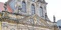 Bayreuth 10.04.07. Spitalkirche, 4 Sandstein-Skulpturen und Dreiecksgiebel.jpg
