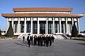 Beijing, Ofrenda Floral Mausoleo Mao Zedong (10961612765).jpg