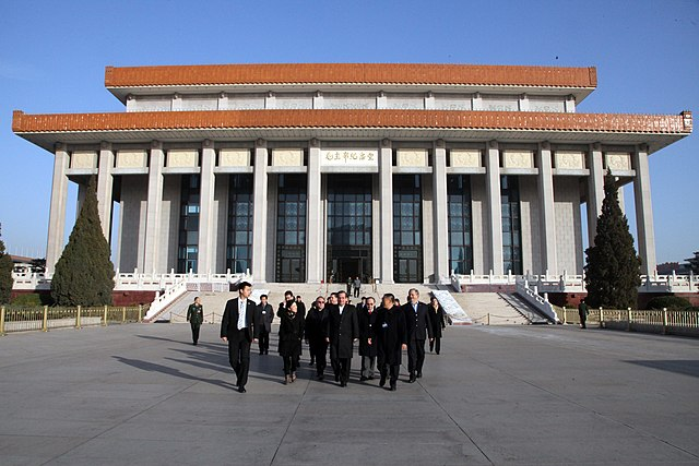 A diplomatic delegation from Ecuador visits the Mao Zedong Mausoleum in November 2013