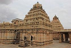 నందీ హిల్స్ పర్వతపాదాల వద్ద భోగనందీశ్వరాలయ సముదాయాలు