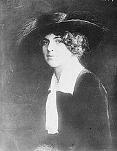 Bovenlichaam portret van Blanche Oelrichs, zitten kant op, draaide haar gezicht naar de camera