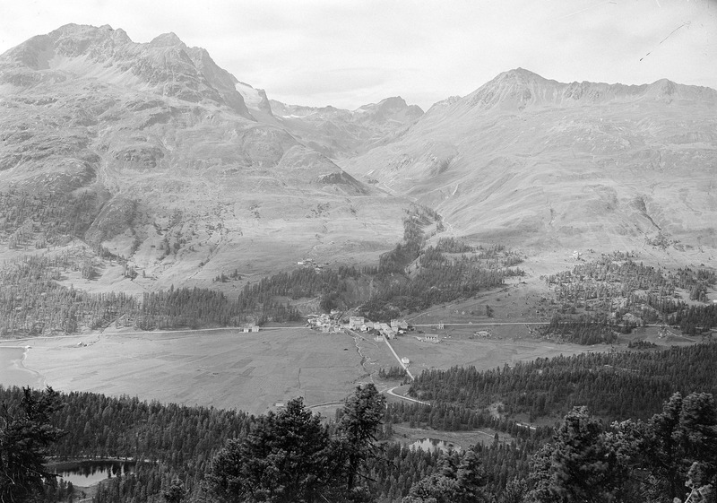 File:Blick auf ein Dorf im Oberengadin - CH-BAR - 3241565.tif