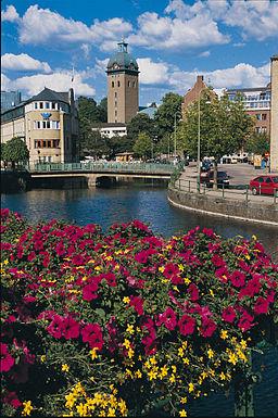 Udsigt fra Krokshalltorvet med Borås Wäfveris rundede byggegavl til venstre.   Carolikirkens tårn i baggrunden.