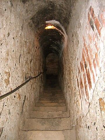 https://upload.wikimedia.org/wikipedia/commons/thumb/2/27/Bran_castel_secret_passage.jpg/360px-Bran_castel_secret_passage.jpg