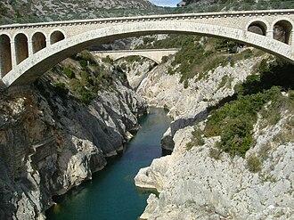 Hérault (river) - A bridge and aqueduct over the Hérault near Saint-Guilhem-le-Désert, as seen from Pont du Diable