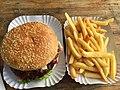 Burger mit Pommes (29147162244).jpg
