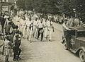 Burgerdeelnemers passeren Wijchen tijdens de 23e Vierdaagse. Zij worden voorafge – F40399 – KNBLO.jpg