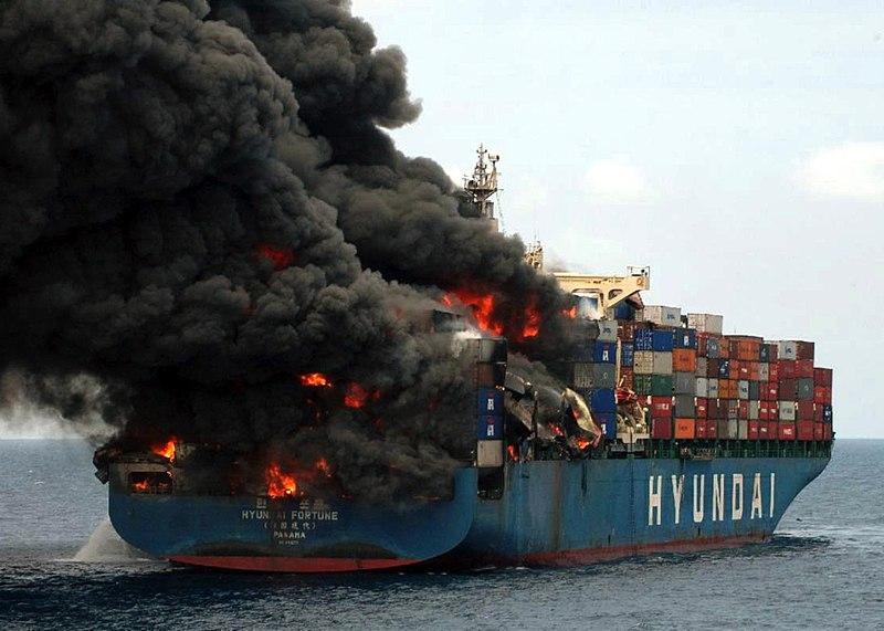 Fichier:Burning container ship Hyundai Fortune yemin-ship-76682.jpg