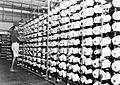 COLLECTIE TROPENMUSEUM Controle van de spoelen in het magazijn van de Java Textiel Maatschappij te Tegal TMnr 10014375.jpg
