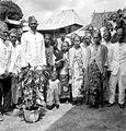 COLLECTIE TROPENMUSEUM Groep hoofden en jonge vrouwen te Kesambe bij Tjoeroep TMnr 10001857.jpg