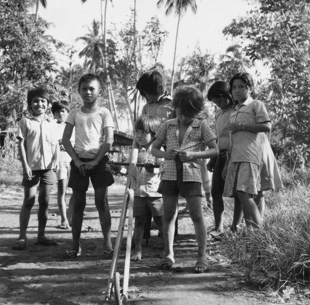 File:COLLECTIE TROPENMUSEUM Groep spelende kinderen op de weg TMnr 20000100.jpg