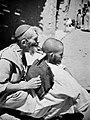 COLLECTIE TROPENMUSEUM Joods-Berberse kapper bezig met een aderlating TMnr 10028649.jpg