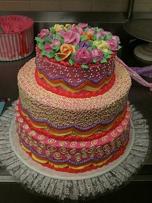 English: 3-Tiered cake design with buttercream...