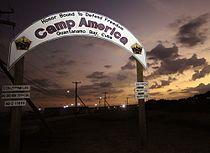 Puerta del campamento América - Guantánamo.jpg