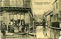 Carte postale - 7 - SURESNES - Rue du Pont - les crues de la Seine 30 janvier 1910 (personnages au 1er plan dont un soldat) - Recto.jpg