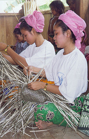 Kratié Province - Cham woman weaving baskets