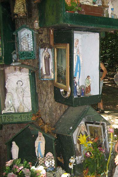 Statues mariales sur le chêne de la Vierge à Rannée