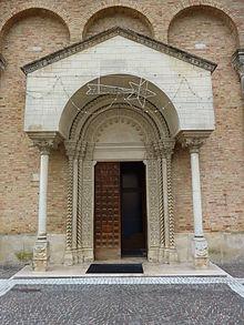 Facciata e portale pseudo romanico della chiesa di San Giuseppe