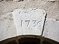 Clé de linteau de l'église datée de 1736.jpg