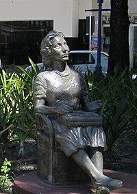 Estatua de Clarice Lispector en Recife (Brasil).