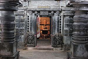 Sadasiva Temple, Nuggehalli - Image: Closed mantapa with lathe turned pillars facing the sanctum in the Sadashiva temple at Nuggehalli