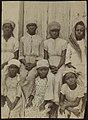 Collectie Nationaal Museum van Wereldculturen RV-A53-2 Groep meisjes met hoofddoeken Nederlandse Antillen A.J. van Koolwijk (Fotograaf).jpg